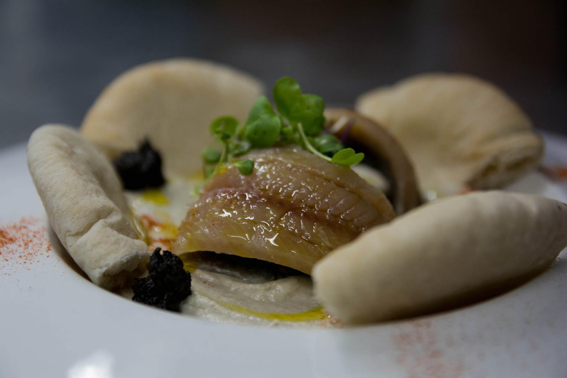 Hummus de berenjena y lomitos de sardina ahumada